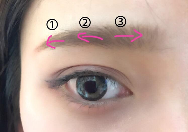 パウダーアイブロウで眉尻から描く。 眉尻は濃いめの色味を使い、眉頭は薄い色を使うと立体感が出る! 気持ち太眉を意識して。 眉マスカラは、最初は毛流れに逆らって、次に毛流れに沿うように塗る。