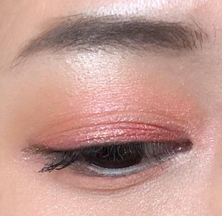 赤からオレンジのグラデーションを綺麗にするには、ポイントカラーである赤シャドウを先に塗ることが重要です その後に少し重ねてオレンジをアイホールに入れます 眉下にゴールドパールのハイライトを入れることで、眉からアイメイクが浮がなくなります
