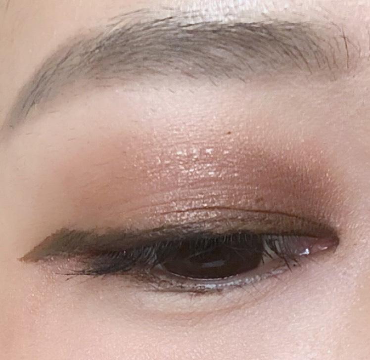 目頭側が暗くなるようにアイシャドウを塗ります 目が中心によって見えて、求心顔になり、美人見え効果があります