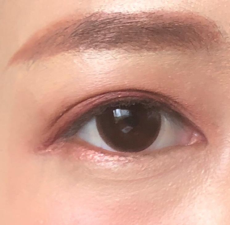 下まぶたにも赤みブラウンを少し入れることで、眉の色味も合わせて、目元のトータルコーディネートが完成します