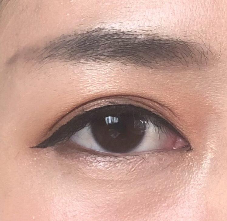 眉毛は眉尻の位置を高くして、元気な印象になるようにしました リキッドアイライナーで二重幅を潰さない程度にアイラインを引きます