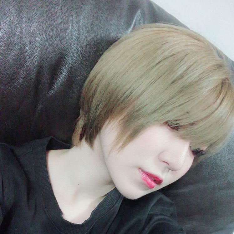 顔周りサイドの髪を短くしてもらって後ろも結構切ってもらったのですが、家族ですら言うまで気付かないほどの微々たる変化…。