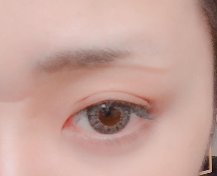 眉毛↓↓↓ まずペンシルで眉下を書きます。 ここで角度を決めてます。
