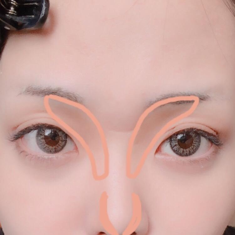 フェイスパウダーをテカる部分にはたいたら、ブラシで馴染ませます。 (私はくまの部分にさらにインテグレートのパウダーファンデを塗ってます) 次に写真の位置にノーズシャドウを入れます。私は鼻が低いので鼻の先にも入れてます(;_;)