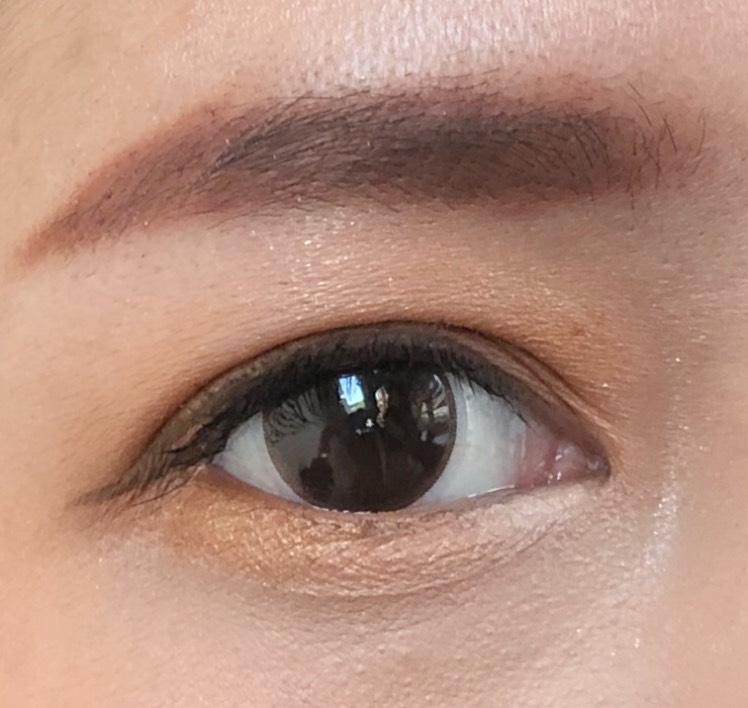 眉は赤みのあるカラーにしました カジュアルな感じになります 下まぶたにもオレンジを入れると、ポップな雰囲気になります