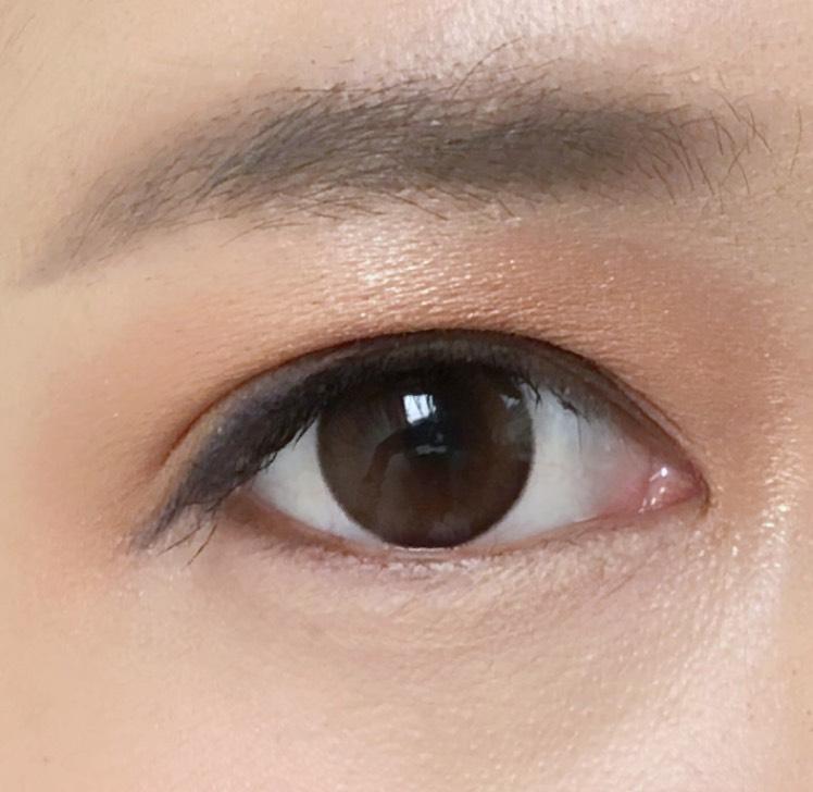 二重幅より狭く、ネイビーシャドウをライン状に入れました 目の端にのぞくカラーのニュアンスが控えめで上品な印象になります