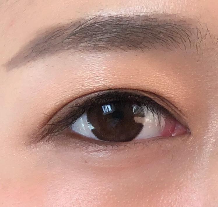 目尻に向かって濃くなるように、縦グラデーションアイメイクにしました カラーはニュートラルなブラウンで、質感はマットです
