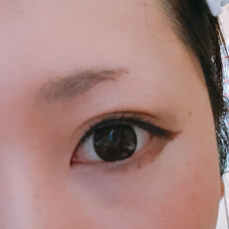 マスカラは目の形に合わせて扇形になるように、目力アップのためにブラックのアイラインも目幅までたします
