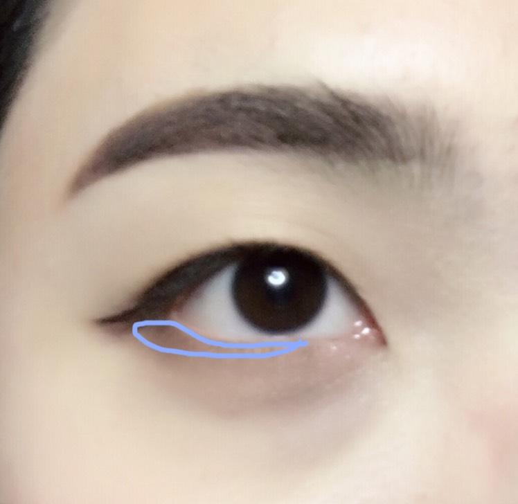 *キワの部分にチップを使って、黒目の真ん中か、少し過ぎるくらいまで色を入れます