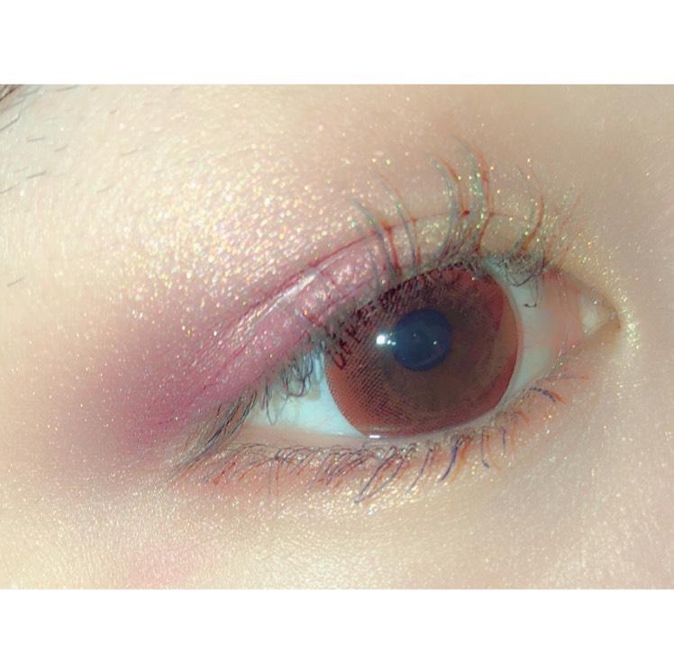 アイホール全体にピンクゴールドのアイシャドウを塗った後、目頭側にイエローゴールド、目尻側に紫のシャドウを重ねます 真ん中と淵はブレンディングブラシでぼかします  下まぶたにもピンクゴールドを載せた後、際にだけオレンジブラウンのカラーをのせます  下まつげは青いカラーマスカラで、上まつげはかるく黒マスカラを載せて完成です