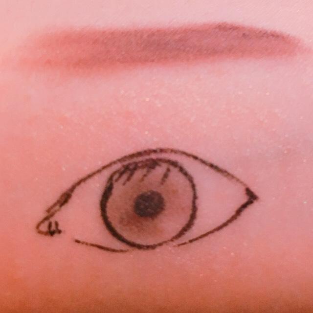 オルビス、シャインカルテットアイズのベースカラーを瞼全体に塗る。(下瞼にも塗る)