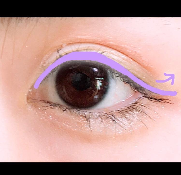 アイライナーをかくときは瞳の上の部分を少し太くかき、下に流れるようにかきます。少し長めにかくとタレ目、目が大きく見えます。少し目尻の部分を跳ねてかくと睫毛とのバランスが自然になります