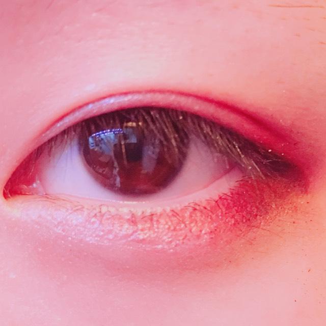 タレ目になるようにアイライナーを引きます。この時、不自然にならないように、上瞼の影に沿ってかくといいです。 そしたら、内側にぼかしていきます。