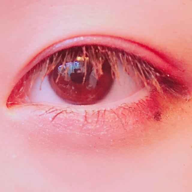 最後に、マスカラ下地、茶色いマスカラをします。今回は色っぽい感じにしたかったので、涙ボクロをかいてみました。