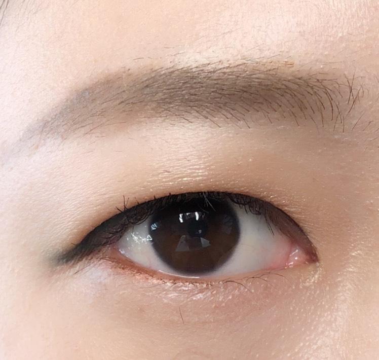 アイメイクをより印象的にするために、眉を眉マスカラを塗って薄くしました。目尻に少しカラーが見えるのが、やり過ぎなくて可愛いと思います