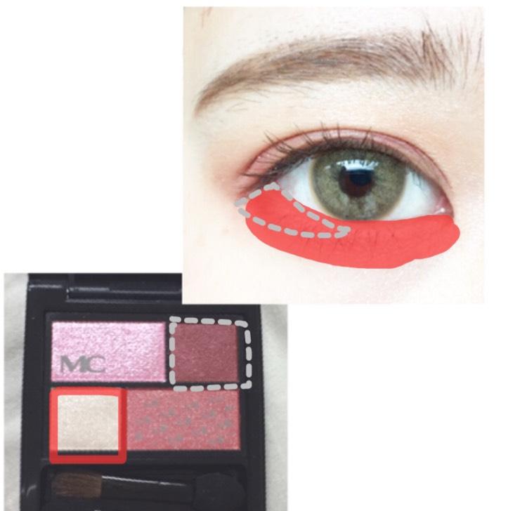 涙袋全体に赤の部分を塗り目尻の三角部分にグレーの部分を塗ります