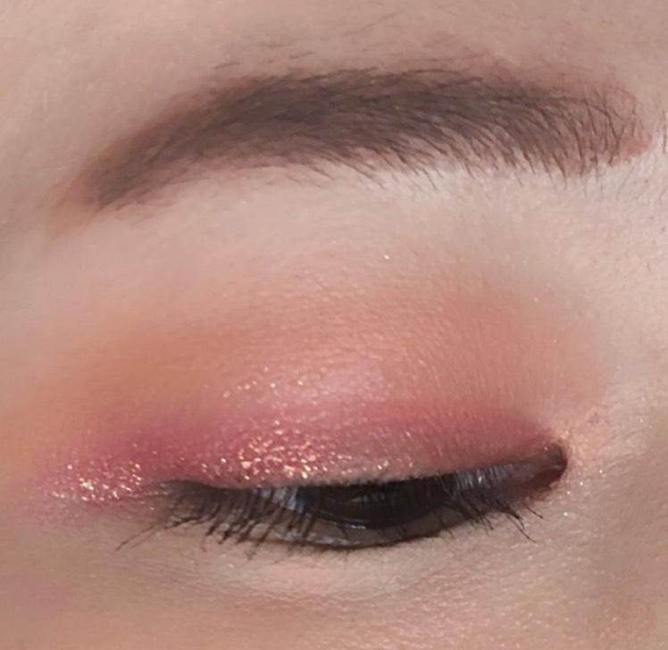 目尻にのみラメシャドウを重ねて、角度によって印象の違う目元に見えるようにしました