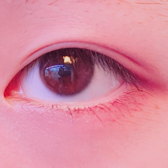 紫色のアイカラーを、下瞼と上瞼の目尻の方にのせる。