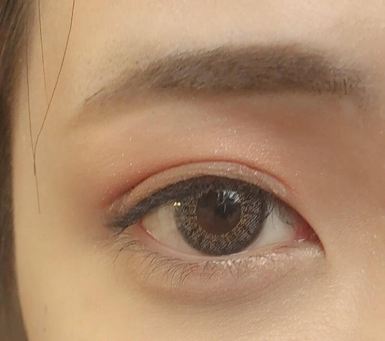 マスカラをまつ毛にダマにならないようにぬります。  アイブロウは眉下を並行より少し下がり気味にかいて、上を繋げるようにかいていきます。  眉毛をかいたらアイブロウマスカラをぬります。