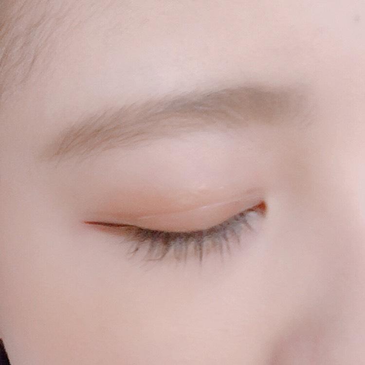 眉は... まず、リキッドで並行眉の形を描いてからスクリューブラシでぼかします。  そのあとパウダーで眉の間を埋め (この時に眉頭はあまり塗らないように) またスクリューブラシで全体をぼかします。