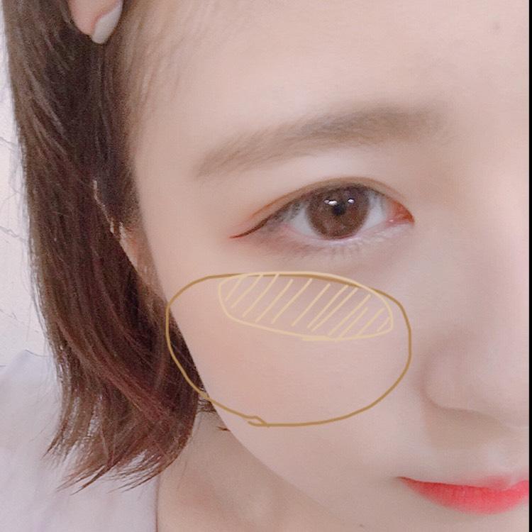 チークは... チークを横長に、目の下が少し薄く...グラデーションになるように大きめのブラシで塗ります。  同じパレットのハイライトを頬の高い位置に塗ります。