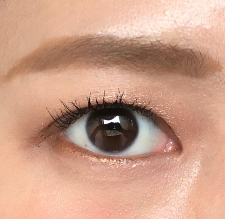 眉は眉マスカラをしっかり塗って、アイメイクと統一感を出します