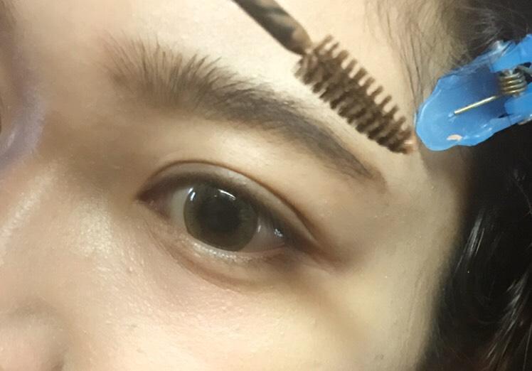 アイブロウ 髪色に合わせたアイブロウマスカラを塗る。 毛流れに逆らって塗ってから、毛流れに沿って塗るとしっかり色が付きます。 黒髪の人は濃いめブラウンとかアッシュ、グレーを使ってもいいかも。