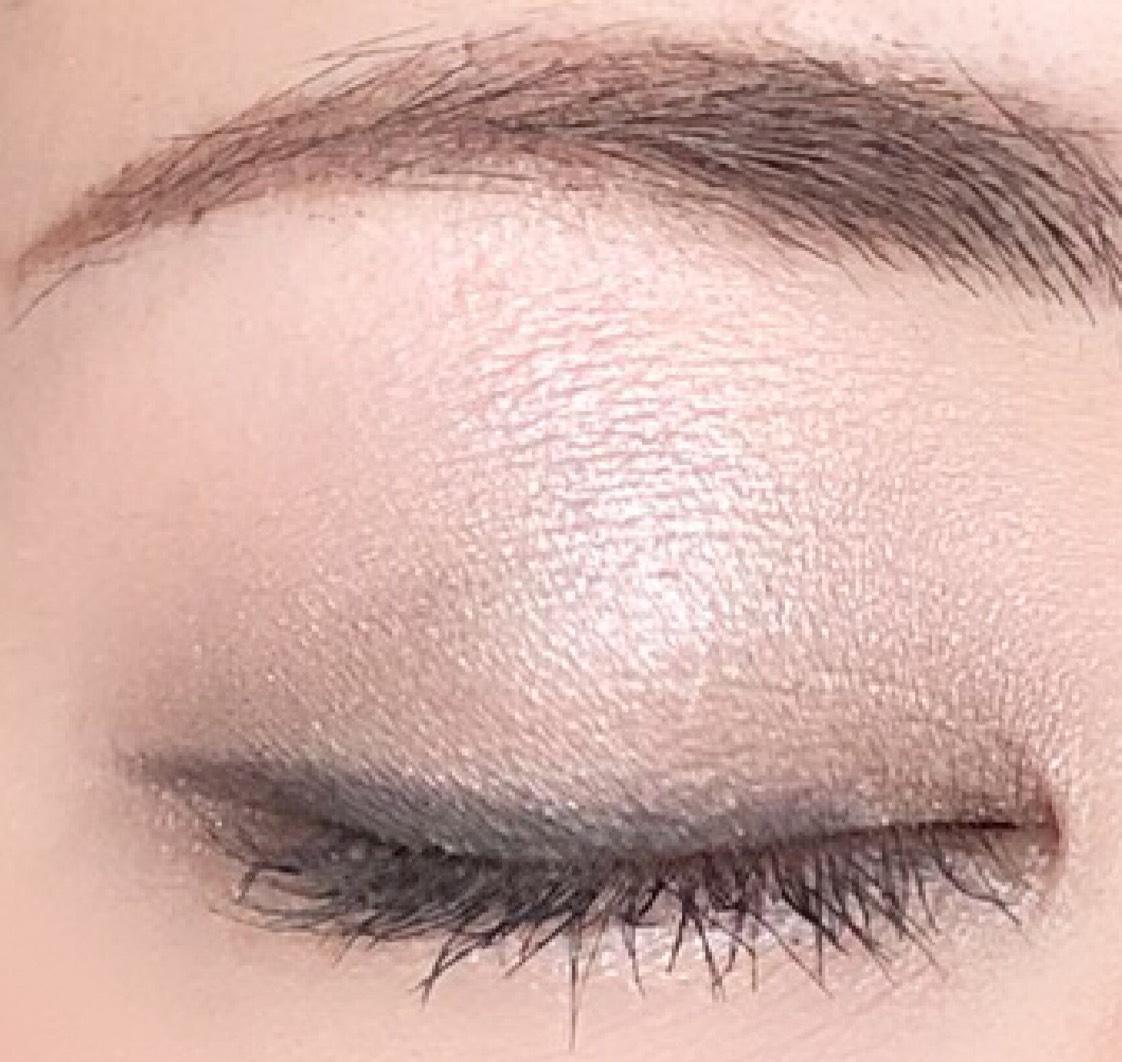 Dでラインを描く スタート位置は黒目の目頭側の外周 下まぶたの目尻側の目のキワ 1/3にのせてぼかす  Eを涙袋中央と アイホール中央にのせる