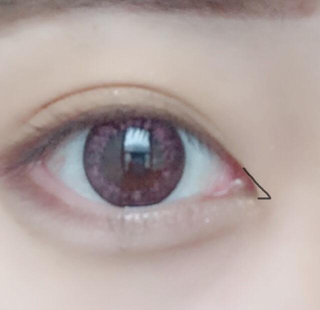 目尻はタレ目に見せたいので下向きに。 目頭はこんな感じで筆を横にするイメージで書きます。
