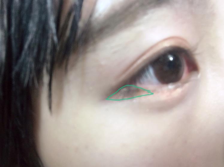 下まぶたの目尻からアイラインと合わせて三角形になるように、濃いブラウンをいれていきます。