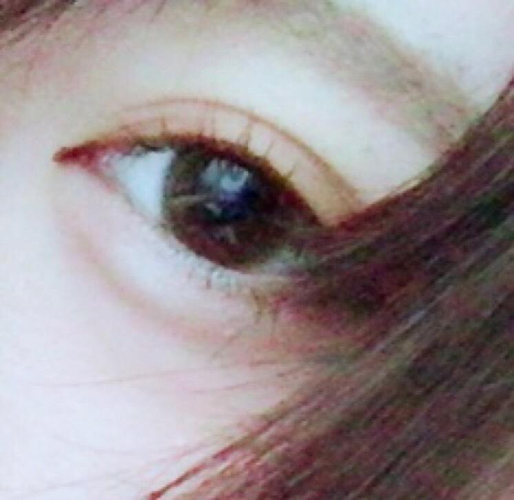セザンヌのまゆずみで並行を意識しながら眉毛を書いていきます  薄い色(眉頭)ー真ん中の色(黒目の上)ー濃い色(眉尻)  書けたら、アッシュの眉マスカラで毛流れを整えます