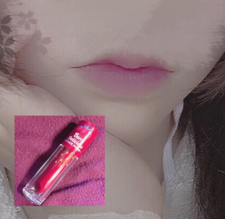 リップ コンシーラーでしっかりと元の唇の色を消して、唇の中央にのみ赤紫系の色をのせてんぱんぱしてグラデーションをつくる
