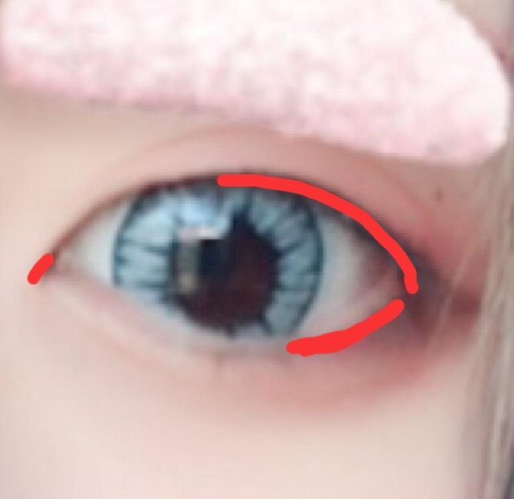 (いきなりカラコン入ってますが気にしないでください…)  赤のペンシルで、左の写真の赤いところに軽〜く線を足してあげてもかわいいです。