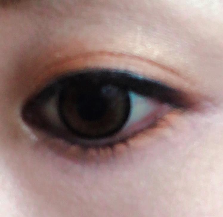 アイシャドウベースを塗り、エクセルデュアルアイシャドウの下を瞼全体に塗り、アイホールに薄く上のオレンジを塗ります。 下にチップでオレンジを囲むように塗り、目頭のみ上の色をのせます。