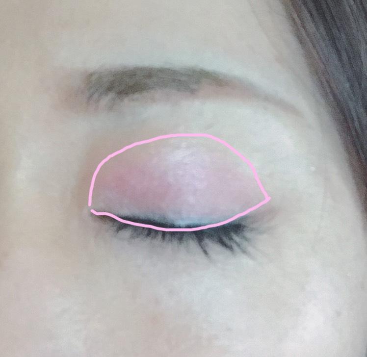 アイシャドウの上のピンクを指で薄くアイホール全体に塗ります。真ん中から左右に広げる感じで塗ります。
