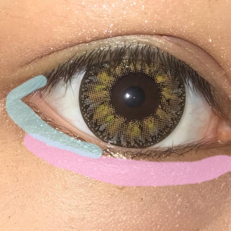 1番上の明るい色を涙袋にぬる 上から3番目の色と一番下の左の色を混ぜて目尻に塗る