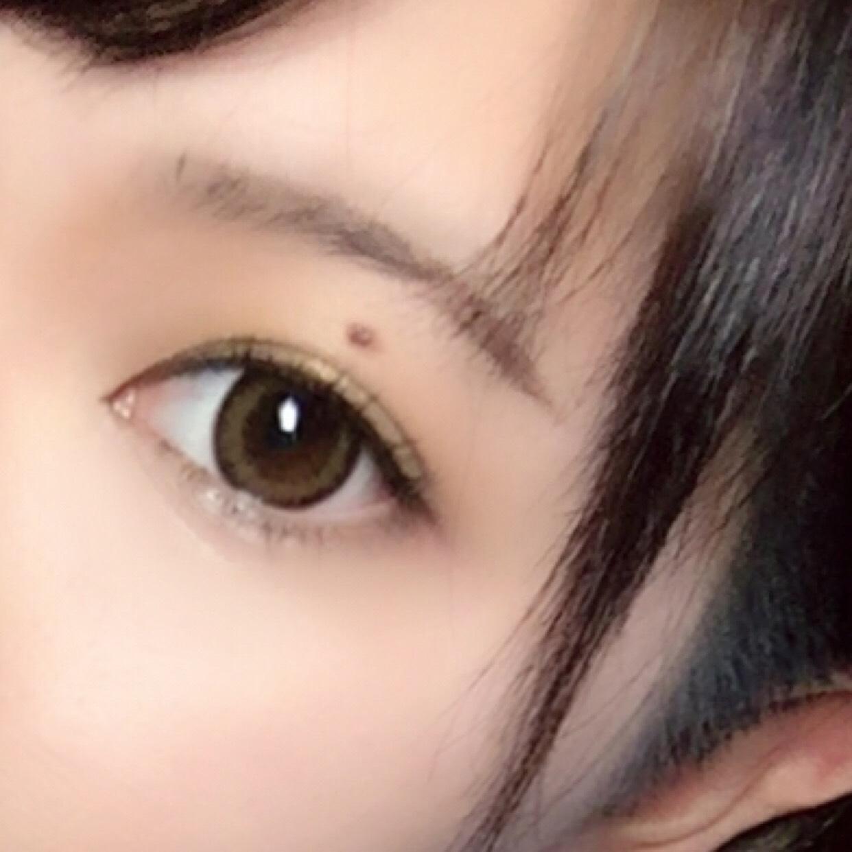 眉毛はあまりはっきり書かずにさっさっ(?)とかきます! 切開ラインはあまり目立たないように筆を置くぐらいで大丈夫です まつ毛はビューラーでしっかり上げてマスカラをぬってくだはいね!下まつげにも!
