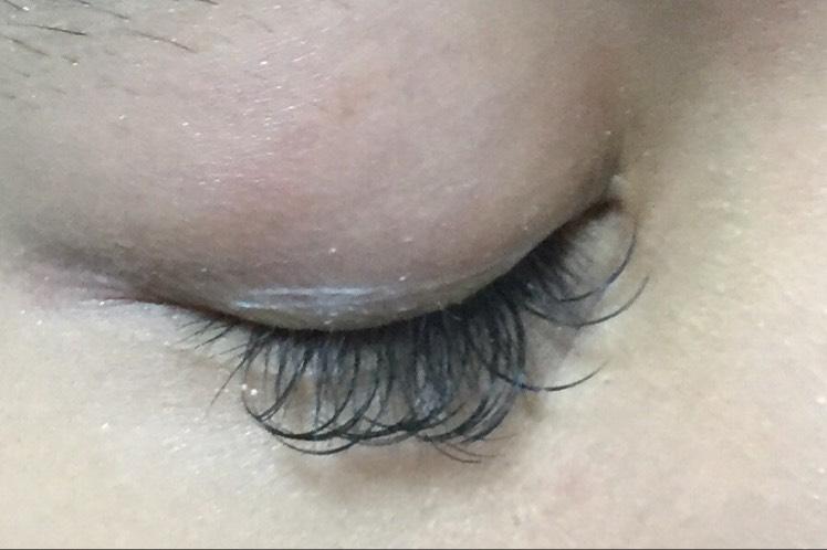 使用前に、まぶたの汚れを拭き取ります  二重の線より下 まつ毛の生え際1〜2mm上に 塗布します 乾いたら、2〜3回重ねます