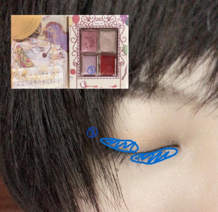 順番グチャですいませんw またマジョルカマジョルカの ザ リトルハミングブックⅢの③を瞼の目尻と涙袋の目頭に塗っていきます青く塗ってるところです