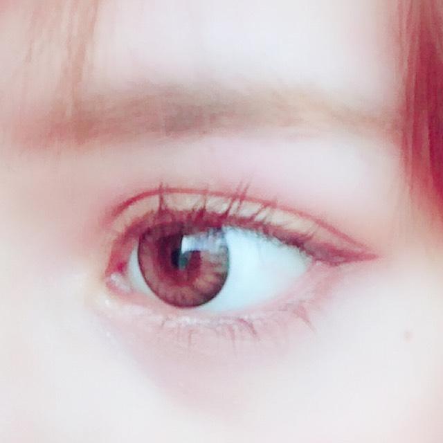 目頭にホワイトをのせます。デカ目効果です。  涙袋幅にはベージュ系+ピンクをのせて、下目のラインにはブラウンを細く入れます。
