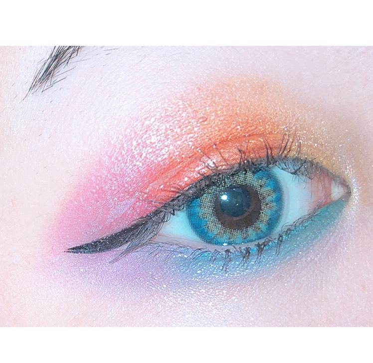 アイプライマーを全体に塗ります bh cosmeticsのパレットを使い、目頭からイエロー、オレンジ、レッド、ピンクの順で塗り、下まぶたは目頭からグリーン、ブルー、パープルの順で軽く塗ったら、ブランディングブラシで境目をしっかりぼかして綺麗なグラデーションにします