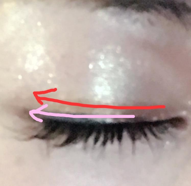 アイライナーを真ん中から下げるように描き、目頭からマジョマジョのジュエリングアイズBR792の左下にあるゴールドを二重幅より少し細めに書きます。