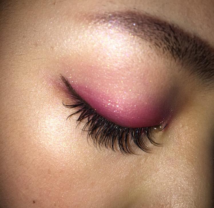アイホールから眉下までピンクマットを塗ります