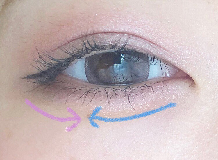 涙袋は最初にアイシャドウベースを薄らのせて目頭から上まぶたに使ったピンクを黒目の外側までのせて 目尻から黒目の外側まで二重の線でつかったディープカラーをのせます 目頭から黒目の外側にかけて大粒ラメを広げる感じでのせます! これで完成です♡
