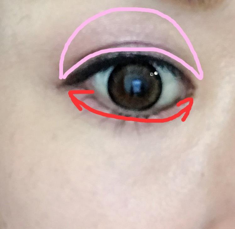 アディクションのミスユーモアをピンク部分は指でポンポンと塗り、下はチップで塗ります。 濃くなりすぎないように塗っていきます。