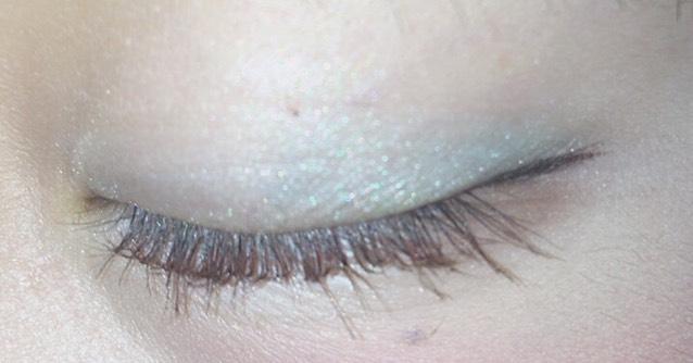 アイホールに薄目のブルーをぬり、目尻の方にかけてグラデーションにするように、アイホールより濃いブルーを塗ります