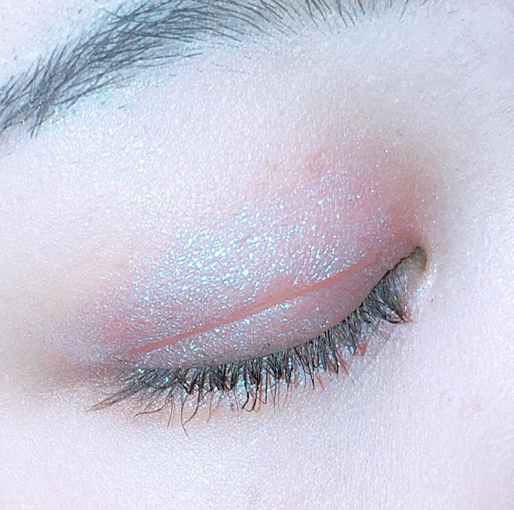 ベースにコントゥアパレットの薄いブラウンカラーを使います こうすることでいつもは似合わないカラーでも馴染みやすくなります  アイホール全体にうすいパープルピンクをのせ、目頭と目尻に濃いめのパープルカラーを載せます