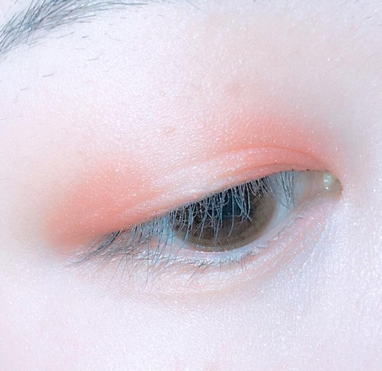 アイプライマーを塗った後、目頭と目尻にオレンジを置いていきます
