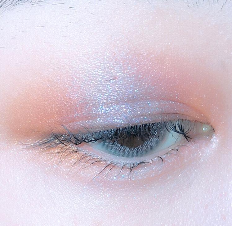 下まぶたはまず全体にラメ感の強いパープルを塗った後、目尻だけに黄みの強いオレンシを塗っておきます