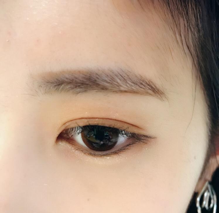 〜眉毛〜 まずペンシルで形を描きます 平行眉を意識しましょう☺︎♡ 眉と眉の間を狭めることがポイントです! いちばん下の色でノーズシャドウを三角に入れます!いちばん薄い色を入れることでナチュラルに入ります♡
